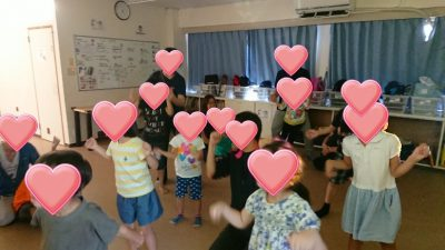 あそびうたリトミックで踊る子供