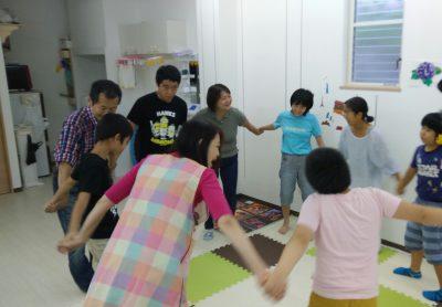 あそびうたリトミックで手をつなぐ 先生と子供たち