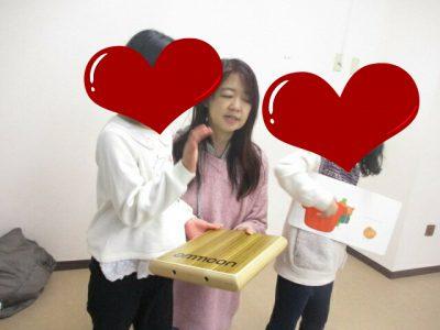リトミック教室でカホンと絵本を楽しむ先生と生徒